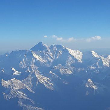 Когато пилотът на самолета прецени, че на път за Бутан, трябва да пренощуваш и в Непал
