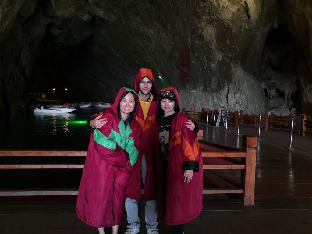Ляонин. Пещера Бънси. С дъждобраните в голямата галерия